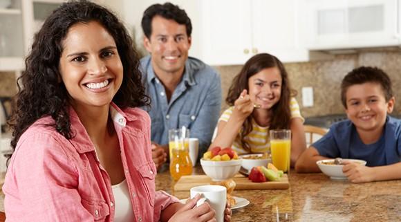 familia desayundando